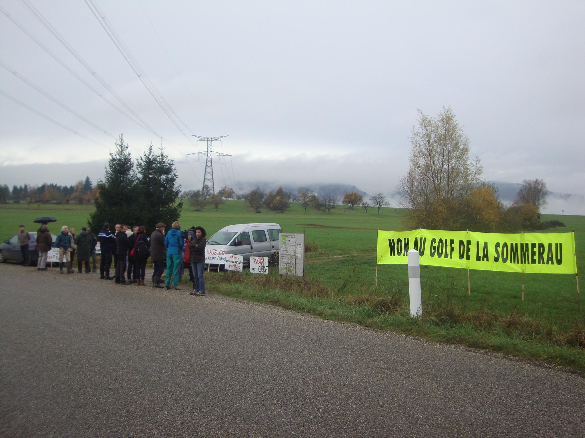 [mobilisation] Golf de la Sommerau : des manifestants écologistes bloquent le démarrage du chantier